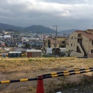 右の茶色い建物が県営住宅